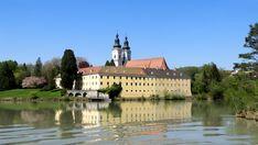 Eingebettet in romantischer Flusslandschaft liegt das Kloster Vornbach an den Ufern des Inn. Mansions, House Styles, Adventure Travel, Natural Wonders, River, Landscape, Germany, Manor Houses, Villas