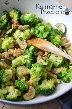 Dietetyczny kurczak z cukinią i brokułami, dietetyczny obiad do pudełka do pracy, szybki i prosty obiad fit z kurczakiem, cukinią i brokułami. Obiad fit.