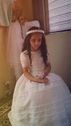 Fotos de la niña con rosario en su mano.