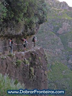Caminhantes na vereda do Areeiro, ilha da Madeira