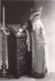 Queen Marie of Romania in the attire specific to the wives of Wallachian or Moldavian Medieval rulers. Royal Jewels, Crown Jewels, Queen Mary, King Queen, Vintage Photographs, Vintage Images, Romanian Royal Family, Kaiser, Women In History
