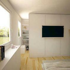 TV an der Wand des begehbaren Kleiderschrankes