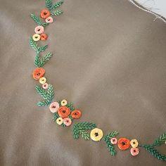 花芯はダークグレーにしたので少し優しい雰囲気に やってみたい刺しゅうがたくさんありますが、技術、表現力、時間が足りない〜 #刺しゅう #刺繍 #DMC… Diy Embroidery Stitches, Embroidery Saree, Embroidery Flowers Pattern, Hand Embroidery Designs, Embroidered Flowers, Ribbon Embroidery, Cross Stitch Embroidery, Simple Kurti Designs, Blouse Designs