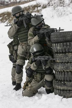 Airsoft hub is a social network that connects people with a passion for airsoft. Talk about the latest airsoft guns, tactical gear or simply share with others on this network Military Gear, Military Police, Military Weapons, Army, Airsoft, Tactical Armor, Military Special Forces, Tactical Equipment, Military Pictures
