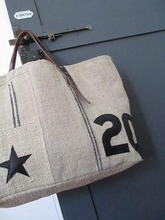 Dimensions : 55 x 35cmBase de fond : 39 x 19cmAssociation de différents chanvresChiffres et étoile en cuirAnses vintageIntérieur doublé en drap de lin teinté noir - 1 poche