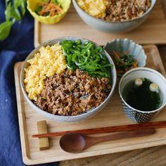 しっとりコク旨!さば缶そぼろの3色丼【缶詰レシピ】 Japanese Dishes, Japanese Food, Good Food, Yummy Food, Tasty, Wine Recipes, Cooking Recipes, Dinner For 2, Sushi