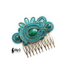 Emerald and gold- original hair comb- soutache ! Small Earrings, Soutache Jewelry, Silk Ribbon Embroidery, Wedding Hair Pieces, Button Crafts, I Love Jewelry, Loom Beading, Hair Comb, Small Gifts