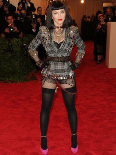 Ya que el lema de la fiesta era el #Punk, la inconfundible #Madonna aprovechó la ocasión para darlo todo y volver a su época de #looks más transgresores, con este diseño de #Givenchy que completó con todo tipo de accesorios y prendas entre góticas y punk. Nos encantan los detalles de medias negras opácas hasta el muslo junto con zapatos fucsias. Su #maquillaje y melena-midi con flequillo recto terminan de hacerla la ganadora de la gala sin duda.