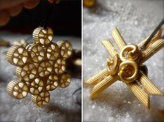 Decorazioni di Natale con la pasta dorate