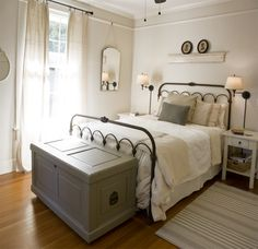 The farmhouse bedroom decoration style is about keeping the things simple an organic. It is classic, elegant and comfortable at the same time. The farmhouse bedroom design allows you to decorate with variety of accessories and furnishings that add a touch Modern Farmhouse Bedroom, Modern Bedroom, Farmhouse Ideas, Vintage Farmhouse, Farmhouse Style, Farmhouse Design, Cottage Style, Country Style, Bedroom Country