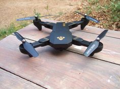 TEST: VISUO The VISUO is a brushed toyquadcopter copying the design of the DJI Mavic. Don't be wrong, it's a toy that's all. Here even with the HW version you have a basic WiFi transmission for FPV coupled with a wide angle len Flying Drones, Dji Phantom 3, Fpv Drone, New Gadgets, Wide Angle Lens, Mavic, Drone Photography, Technology, Toy