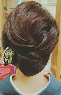 What's the Difference Between a Bun and a Chignon? - How to Do a Chignon Bun – Easy Chignon Hair Tutorial - The Trending Hairstyle Easy Chignon, Chignon Hair, Long Thin Hair, Long Hair Cuts, Trending Hairstyles, Bun Hairstyles, Short Hair Styles Easy, Natural Hair Styles, Hair Arrange