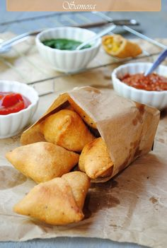 Samosa - Indian street food line canape trays with grease proof / baking paper Indian Appetizers, Indian Snacks, Indian Food Recipes, Kenyan Recipes, Indian Foods, Kenya Food, Tapas, Indian Street Food, Indian Dishes