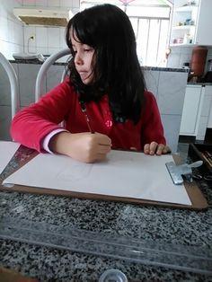 Leticia desenhando.