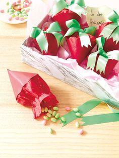 Die kleinen Erdbeeren aus Papier könnt Ihr mit süßen Überraschungen füllen.
