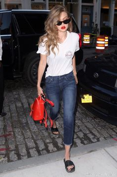 看到Gigi的红唇和侧分卷发简直妩媚到不行。第一次觉得Furla的红色果冻包蛮好看,可能是双肩设计的关系,7 for all mankind的牛仔裤也很有型。