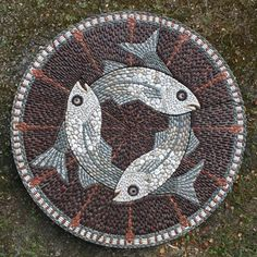 By Maggy Howarth. Mosaic Stepping Stones, Pebble Mosaic, Mosaic Diy, Mosaic Garden, Mosaic Crafts, Mosaic Projects, Stone Mosaic, Pebble Art, Mosaic Glass