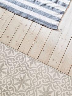 Pisos de cocina de madera y azulejos / Küchen-Fußboden Holz und Fliesen Pisos de cocina de madera y azulejos Diy Interior, Apartment Interior, Interior Design, Küchen Design, Tile Design, Kitchen Tiles, Kitchen Flooring, Tile Patterns, Tile Floor