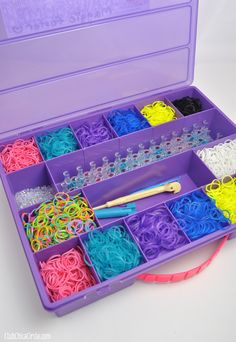 This is the exact organizer I have! I highly recommend it, it's amazing ! Rainbow Loom Patterns, Rainbow Loom Bands, Rainbow Loom Bracelets, Rainbow Loom Organizer, Rainbow Loom Storage, Bracelet Crafts, Jewelry Crafts, Printable Labels, Free Printable