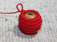 crochet bead tutorial D Eustaquio Millholland. I guess if you add beads, you'd have a beaded bead? Crochet Video, Bead Crochet, Diy Crochet, Crochet Baby, Crochet Earrings, Crochet Buttons, Crochet Stitches, Bikinis Crochet, Necklaces