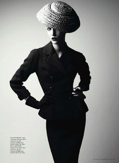 Dior Couture by Patrick Demarchelier This is the book of the year! Published by Rizzoli Dior Couture photographed by Patrick Demarchelier what a perfect collaboration. Vintage Glamour, Dior Vintage, Moda Vintage, Vintage Mode, Vintage Couture, Vintage Hats, Patrick Demarchelier, 1950s Style, Foto Fashion