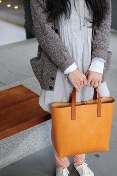 Hand Stitched Light Brown Leather Tote Bag door ArtemisLeatherware