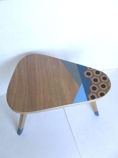 Petite table d'appoint tripode en bois motifs géométriques couleurs bleu cnar, bleu clair, gris et noir : Meubles et rangements par chopardesign