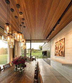 Casa modernista valoriza a vista e se destaca em condomínio de luxo