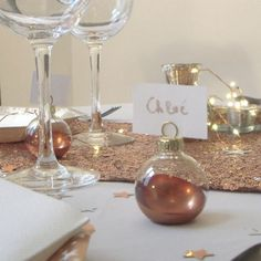 Name name Copper for Christmas Create an original Christmas table decoration with this brand place copper fir ball. It is made of transparent glass with ue atttache to hang it. It is sold in batches of NB: cardboard not included. Christmas Table Decorations, Christmas Balls, Diy And Crafts, Glow, Copper, Place Card Holders, The Originals, Create, Bordeaux