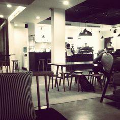 Membunuh waktu menunggu Yudieth, sambil menikmati secangkir kopi buatan Mas Dodi Samsura, barista handal 115 Coffee.