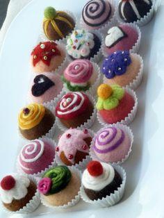 felt pralinee small fine chocolates from wool Produktbeschreibung Feine kleine Prali. Felt Cake, Felt Cupcakes, Felt Diy, Felt Crafts, Comida Diy, Felt Play Food, Paper Rosettes, Food Patterns, Crochet Food