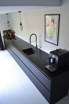 Zwart als blikvanger, Zwart als blikvanger – Deense zomer. Rustic Kitchen Design, Best Kitchen Designs, Interior Design Living Room, Design Bedroom, Black Kitchen Cabinets, Black Kitchens, Home Kitchens, Kitchen Black, Nordic Kitchen