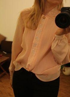 Kaufe meinen Artikel bei #Kleiderkreisel http://www.kleiderkreisel.de/damenmode/blusen/116643890-ddr-bluse-rosa-lachs-38-s-retrobluse-zierkragen-falten-hemd