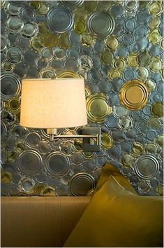 parede revestida com tampas de latas:translation--Re-dress a wall with tin can lids. Tin Walls, Metal Walls, Metal Wall Art, Decoracion Vintage Chic, Can Lids, Spring Projects, Bottle Top, Wall Finishes, Wall Treatments