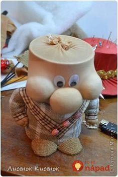 Krajší jarný nápad sme nevideli: Žena vzala 2 rolky od lepiacej pásky a staré silonky - úžasná dekorácia úplne zadarmo! Christmas Table Settings, Candle Holders, Candles, Table Decorations, Handmade, Home Decor, Baby Dolls, Handmade Crafts, Gnomes