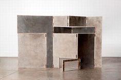 (2004) DAMIAN ORTEGA (1967, Mexico)is samen met Alys het meest aanwezig in deze expositie. Biombo is een constructie die speels is en tegelijkertijd serieuze associaties oproept over stedenbouw en gevangenschap.