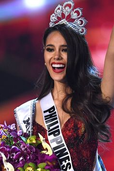 Catriona Gray of the Philippines waves to the audience after being crowned the new Miss Universe 2018 on December 2018 in Bangkok. Get premium, high resolution news photos at Getty Images Miss Philippines, Miss Univers Philippines, Miss Universe Dresses, Gray Instagram, Cami Mendes, Filipina Beauty, Indian Bridal Outfits, Miss World, Beauty Pageant