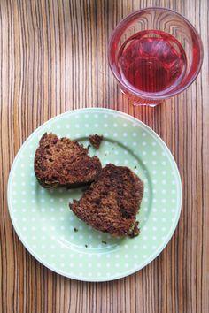 Chocolat cake and cranberry juice