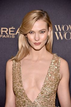 Karlie Kloss Photos Photos - Model Karlie Kloss takes a selfie at the L'Oreal Paris Women of Worth Celebration 2016 Arrivals on November 16, 2016 in New York City. - L'Oreal Paris Women of Worth Celebration 2016 - Arrivals