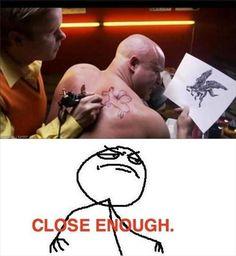 deze man was waarschijnlijk dronken toen hij deze tattoo zetten. omdat hij niet eerst naar de kunsten van de tatoeëerder heeft gekeken.