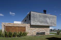 Galeria de Casa NGR / Oficina Conceito Arquitetura - 10 #praia #madeira #concreto #pedra #rústica