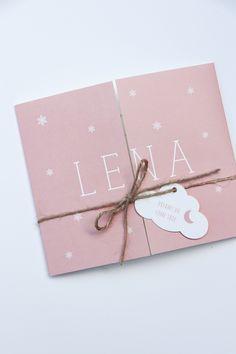 Het tweeluik geboortekaartje van Lena heeft een winters thema met de sneeuwvlokjes. In een mooie zalmkleur en een wolklabeltje - Ontwerp door Leesign #tweeluik #leesign #geboortekaartje #tweeluikje #tweeluikgeboortekaartje #zalmroze #baby #meisje #wolklabel Creative Birthday Cards, Cute Birthday Cards, Handmade Birthday Cards, Diy Birthday, Handmade Greeting Card Designs, Baptism Invitations, Welcome Baby, Kirigami, Diy Cards