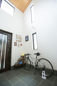 桧板張り天井の吹き抜け玄関ホール。山並みの眺望が美しい2階の大窓から、豊かな光が降り注ぎます。|デザイン|ナチュラル|タイル|
