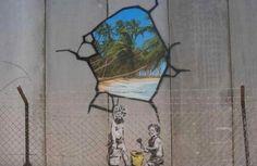 """Grafite do artista britânico no """"muro da vergonha"""" em Belém, cidade palestina onde nasceu Jesus"""