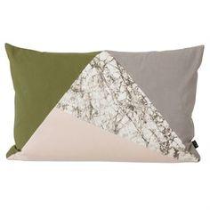 Fusion Triangle nennt sich diese gelungene Kissen-Kollektion von Ferm Living. Diese Wohnkissen haben einen Überzug aus kräftigem Bio-Baumwollcanvas und eine Füllung aus Daunen und Federn. Neben diesem Modell, das Dreiecke in den Farbtönen Oliv, Grau und Rosa sowie ein Marmor-Dreieck fusioniert, ist Fusion Triangle auch in zahlreichen anderen Farbkombinationen erhältlich, die zum Kombinieren am Sofa einladen.