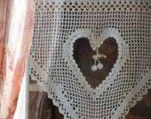 des jolis rideaux au crochet.