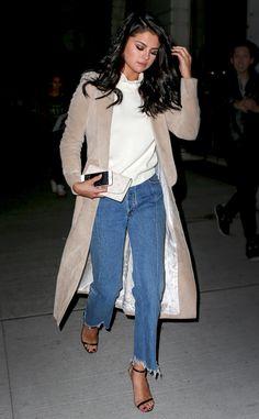 Dare to Wear: Selena Gomez Takes Distressed Denim Hems to a Whole Other Level Selena Gomez Fashion, Selena Gomez Outfits Casual, Estilo Selena Gomez, Selena Gomez Style, High Street Fashion, Denim Shirt With Jeans, Denim Shirts, Denim Fashion, Curvy Fashion