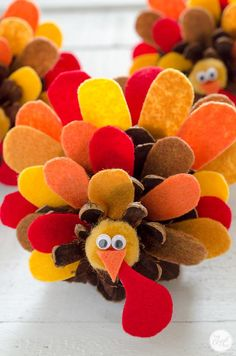 Turkey Craft With Felt Feathers - How To thanksgiving turkeys with felt and pinecones :: the perfect thanksgiving decoration or place card holder!thanksgiving turkeys with felt and pinecones :: the perfect thanksgiving decoration or place card holder! Thanksgiving Diy, Thanksgiving Activities, Thanksgiving Cookies, Thanksgiving Art Projects, Family Activities, Halloween Crafts, Holiday Crafts, Holiday Decor, Pinecone Turkey