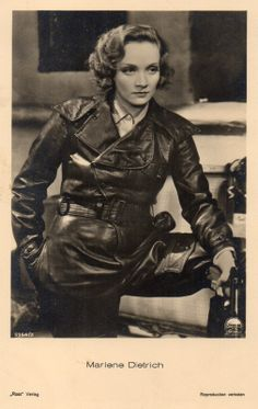 Marlene Dietrich holding a Luger pistol, in an early German collector's cabinet card Old Hollywood Glamour, Vintage Glamour, Vintage Hollywood, Hollywood Stars, Vintage Beauty, Classic Hollywood, Vintage Fashion, Fashion Goth, Marlene Dietrich