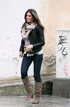 Jeans oscuros, botas de tacón, camisa de cuadros y cazadora perfecto... El look perfecto para un sábado que no sabes que ponerte.   - AR-Revista.com